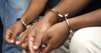 detenidos-manos-con-esposas