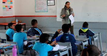 Personal de DIF Uriangato impartiendo la plática en contra del alcoholismo